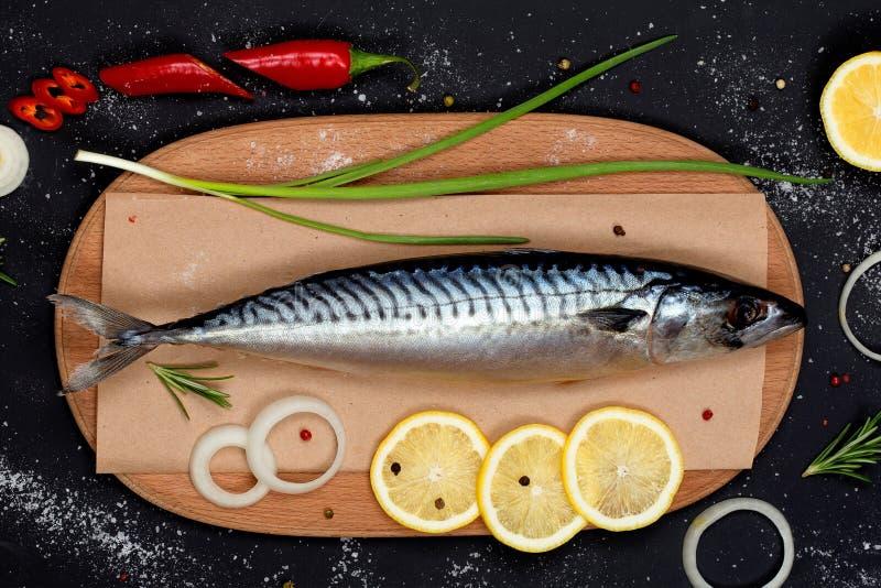 在切板顶视图的盐味的鲭鱼 库存图片