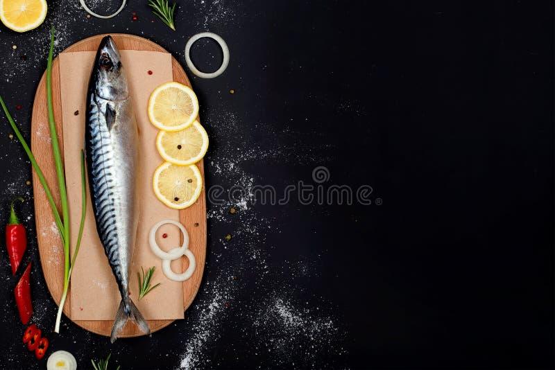 在切板顶视图的盐味的鲭鱼 库存照片
