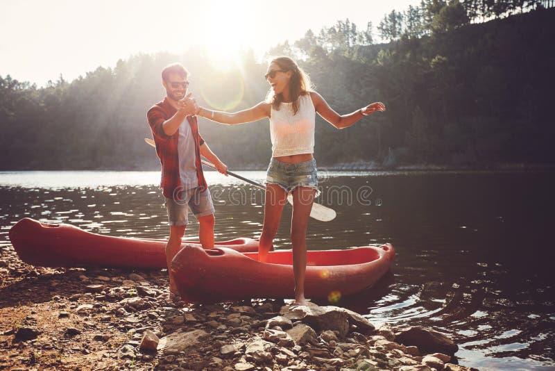 在划皮船以后的夫妇在湖 库存图片