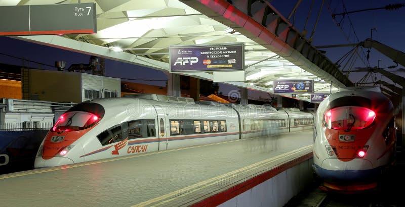 在列宁格勒驻地(夜)的Aeroexpress火车Sapsan 莫斯科俄国 免版税库存图片