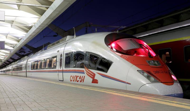 在列宁格勒驻地(夜)的Aeroexpress火车Sapsan 莫斯科俄国 库存图片