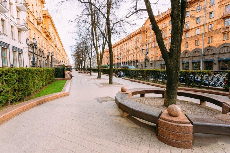 在列宁街上的边路在春天在米斯克 库存图片