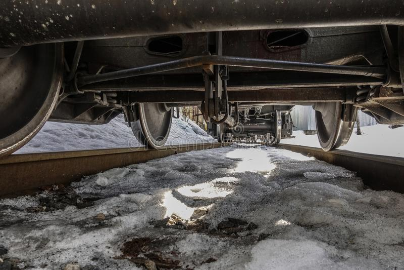 在列车车箱下的看法 它从下面看起来象货车 免版税库存图片