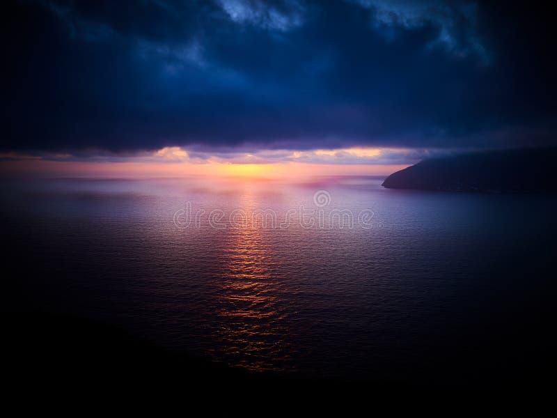 在利帕里岛海岛上的美好的日落有Alicudi和Filicudi海岛的在视线内,风神海岛,西西里岛,意大利 库存照片
