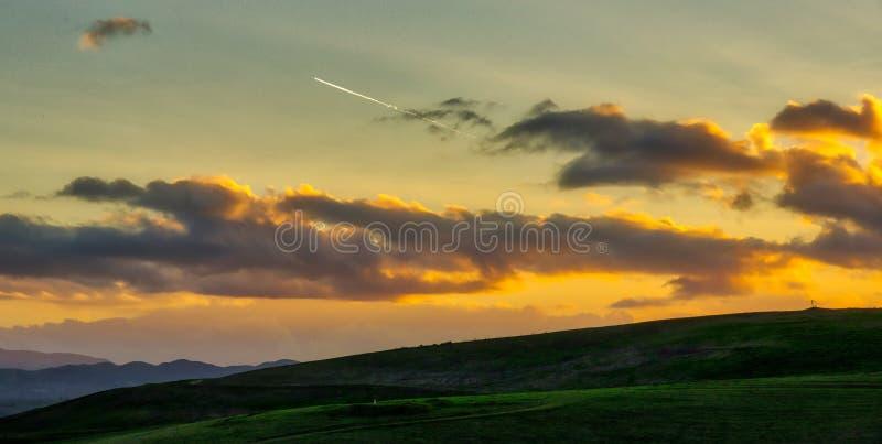 在利弗摩尔附近的日落如毛刷高峰储备的 库存照片