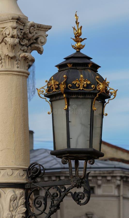 在利沃夫州状态学术歌剧和芭蕾西娅附近的古色古香的灯岗位 库存图片