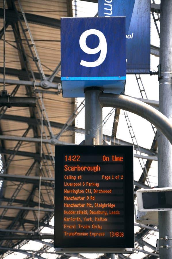 在利物浦火车站的目的地板 库存图片
