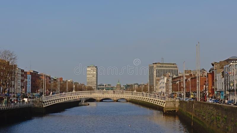 在利菲河的半便士铜币桥梁在都伯林,爱尔兰 免版税库存照片