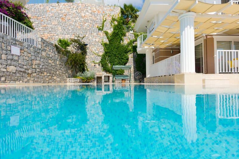 在别墅的暑假 大水池和游廊与荫径 免版税库存照片