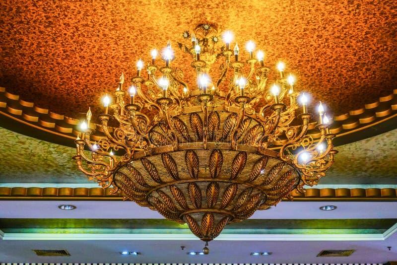 在别墅的豪华水晶枝形吊灯照明设备在晚上 库存图片