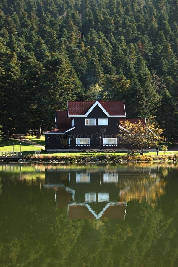 在别墅附近的湖 免版税库存照片
