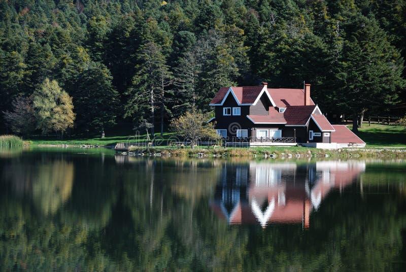 在别墅附近的湖 库存照片