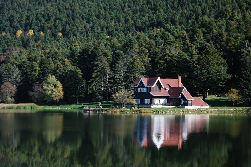 在别墅附近的湖 免版税图库摄影