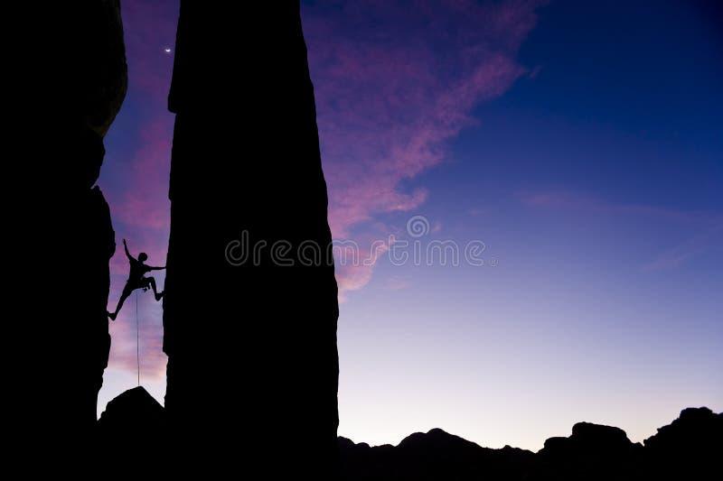 在到达岩石的登山人空白间 免版税库存照片