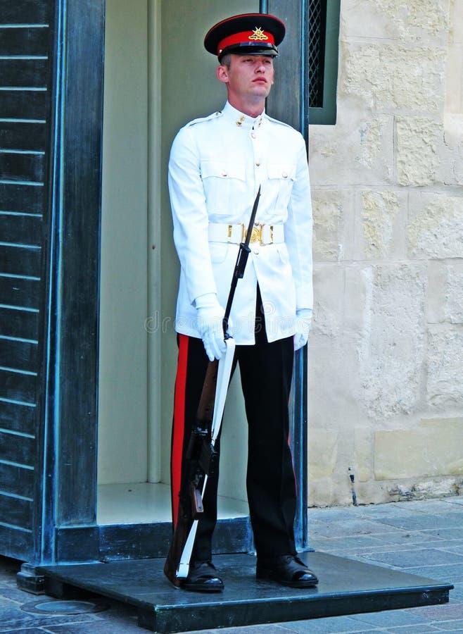 在制服的卫兵在宫殿和博物馆附近 免版税库存图片