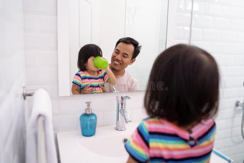 在刷子以后的女孩漱口药她的牙 库存照片