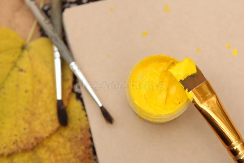 在刷子的油漆 免版税图库摄影