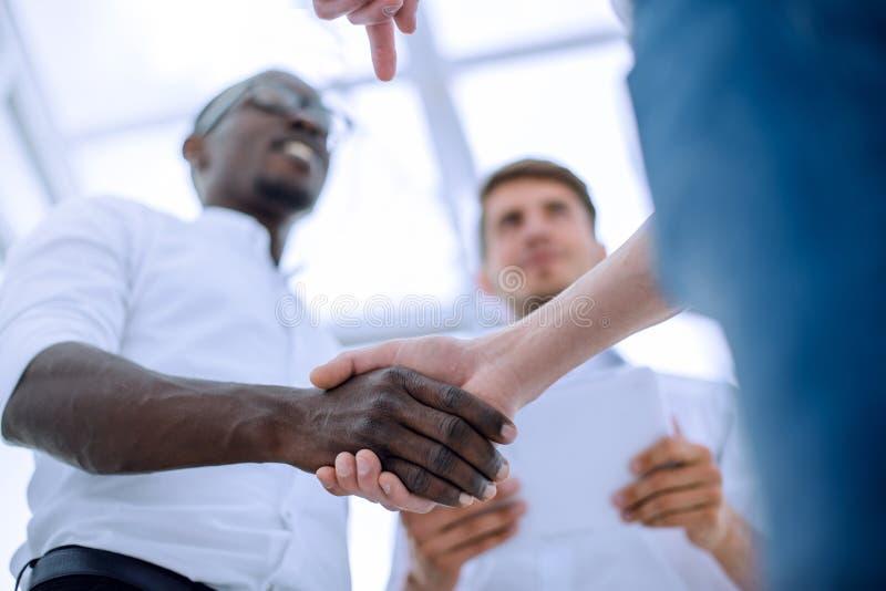 在前景握手商务伙伴 免版税图库摄影
