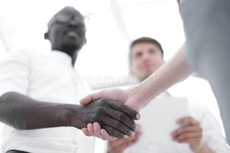 在前景握手商务伙伴 免版税库存照片
