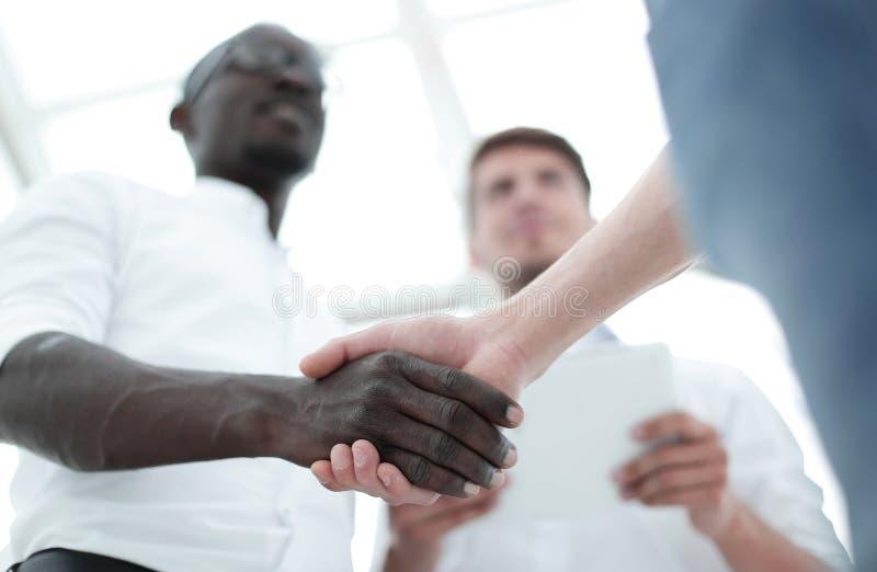 在前景握手商务伙伴 免版税库存图片
