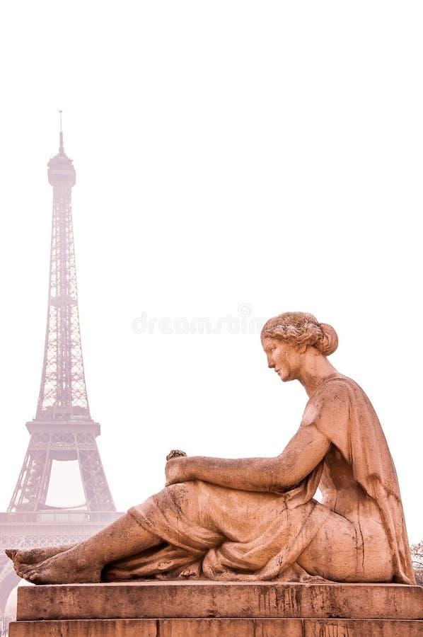 在前景的一个雕象与艾菲尔铁塔在巴黎,法郎 图库摄影