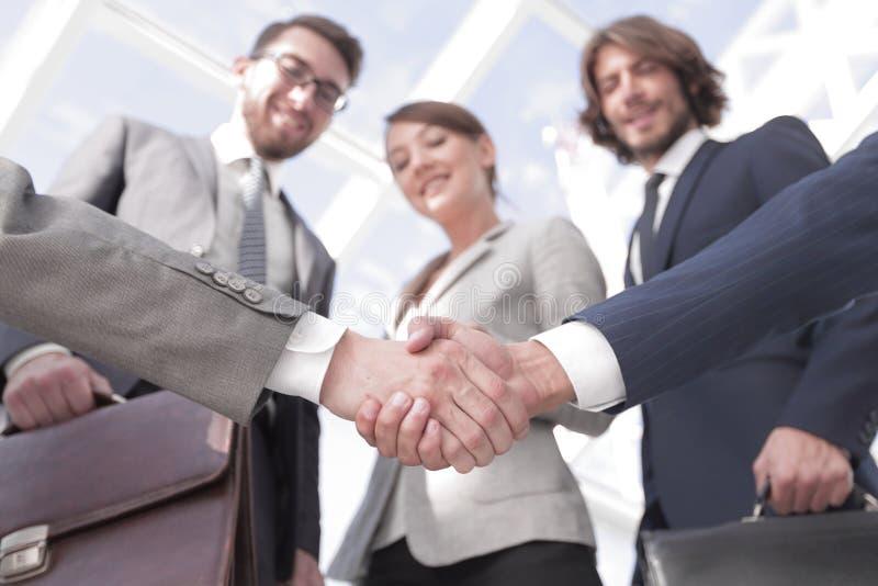 在前景 商务伙伴握手  免版税库存照片