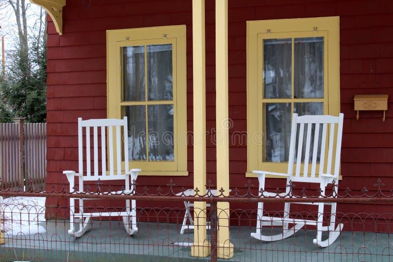 在前沿的白色摇椅 库存图片