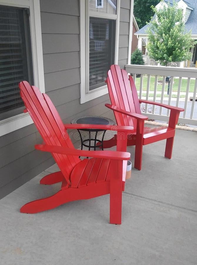 在前沿的2把红色阿迪朗达克样式椅子 免版税库存图片