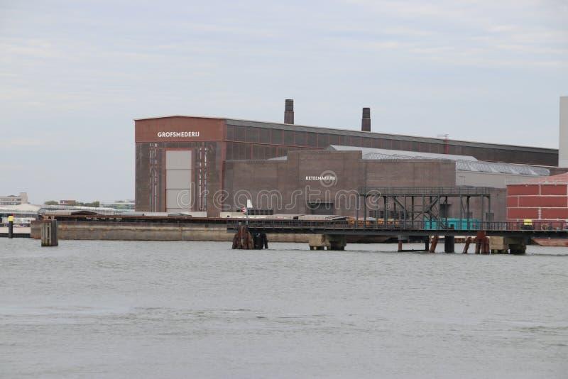 在前船码头工地工作的老大厦RDM复合体的在Heijplaat港口 免版税图库摄影