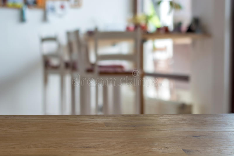 在前面的木桌书桌有模糊的背景 免版税库存图片
