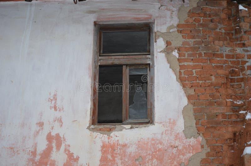 在剥皮的老墙壁的窗口 免版税库存照片