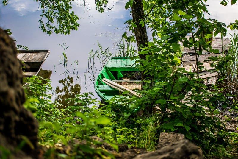 在剧名角色-当地居民一条老,木和破旧的小船  免版税库存照片