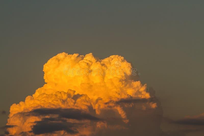 在剧烈的光的金黄云彩在日落/日出 库存图片