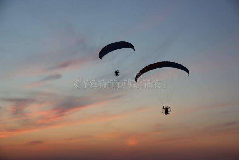 在剧烈的天空的两个滑翔伞 免版税图库摄影