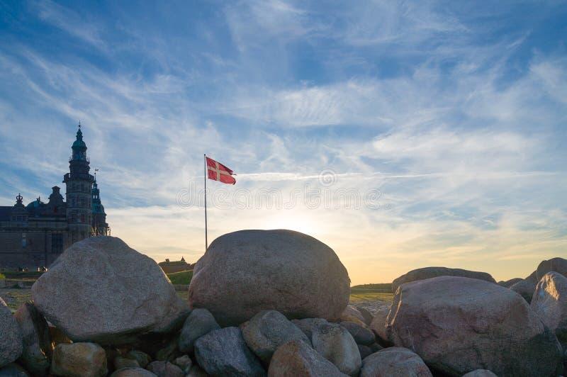 在剧烈的天空的丹麦旗子 免版税库存图片