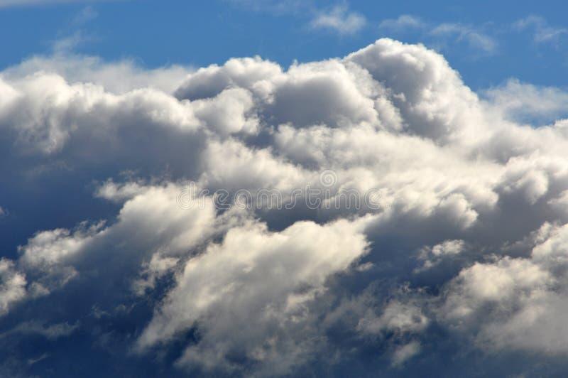 在剧烈的天空的云彩 免版税库存图片