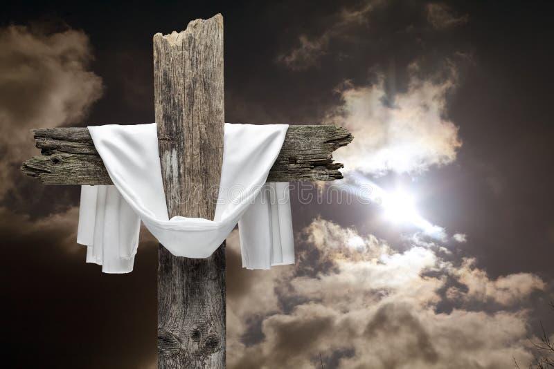 在剧烈的天空的复活节十字架 他是上升的概念 免版税库存照片