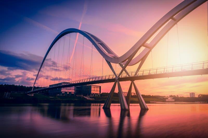 在剧烈的天空的无限桥梁在斯托克顿在发球区域的日落, U 图库摄影