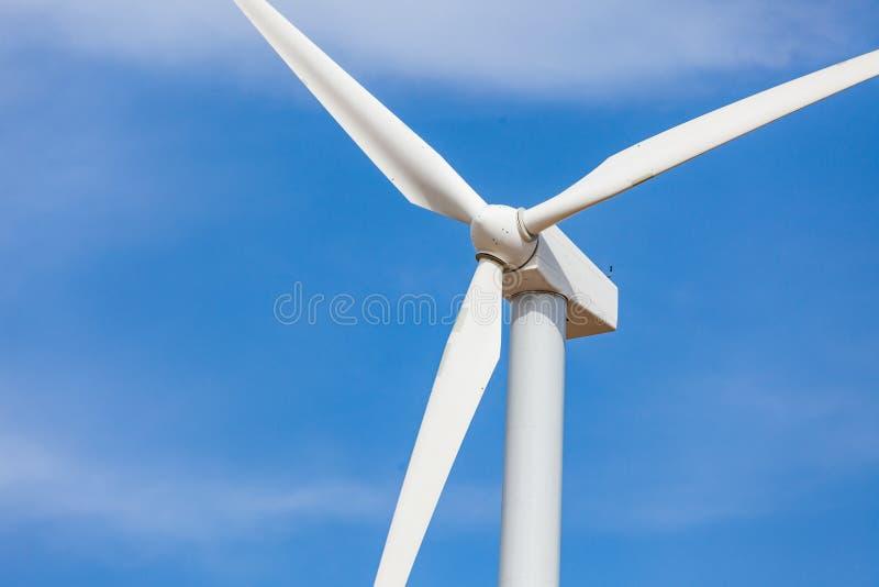 在剧烈的蓝天的唯一白色风轮机 库存照片