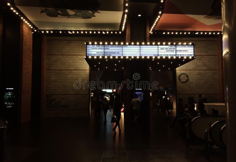 在剧院前面的昏暗的光有霓虹灯广告的 免版税图库摄影