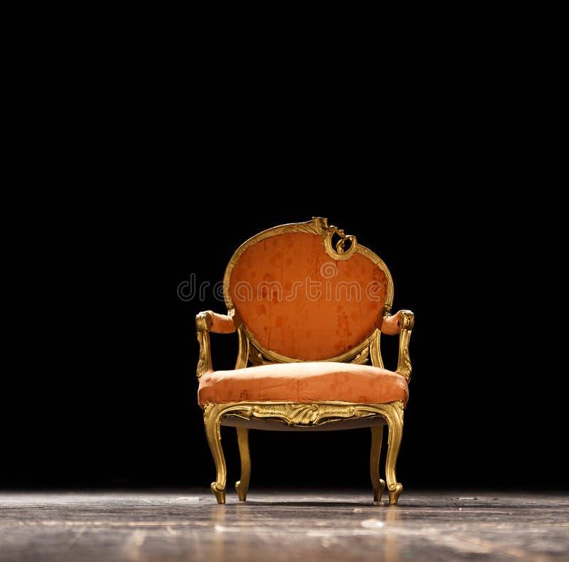 在剧院阶段的葡萄酒椅子 免版税库存照片