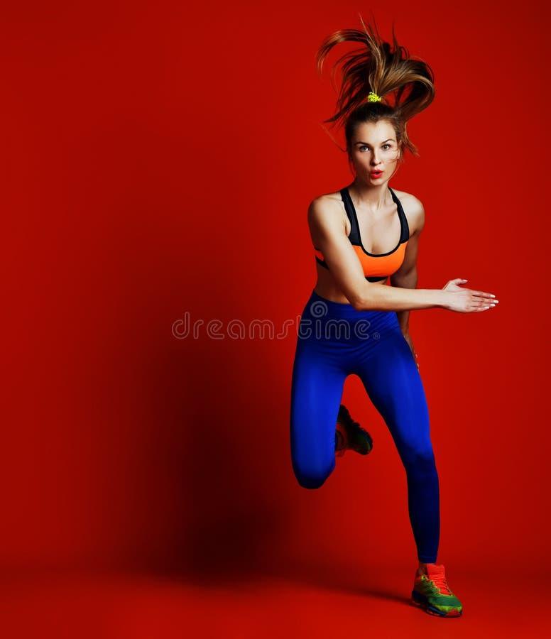 在剪影的少女赛跑者在白色背景 动态运动 体育运动和健康生活方式 图库摄影