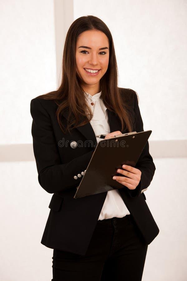 在剪贴板的亚洲白种人busines妇女文字 库存图片