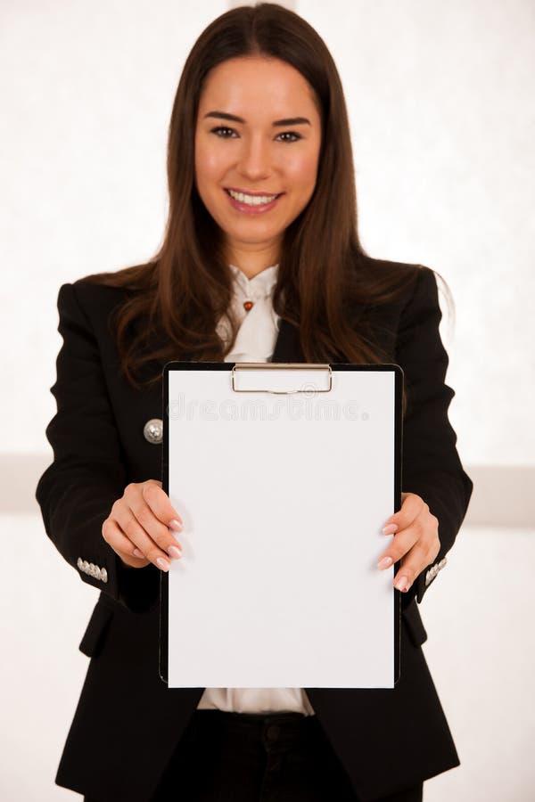 在剪贴板的亚洲白种人busines妇女文字 库存照片