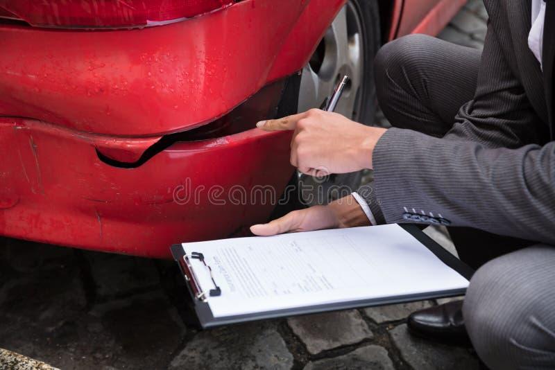 在剪贴板的保险代理公司文字在车祸以后 库存照片
