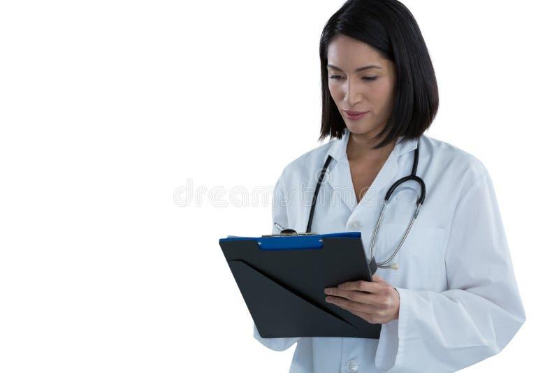 在剪贴板的女性医生文字处方 库存图片