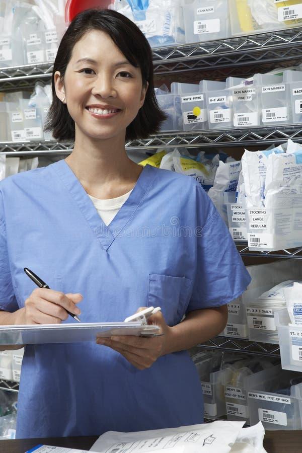 在剪贴板的女性药剂师文字 免版税库存照片
