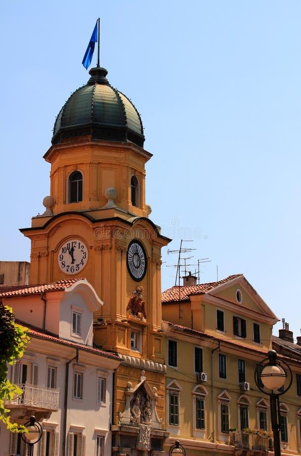 在力耶卡,克罗地亚大街上的城市钟楼  图库摄影