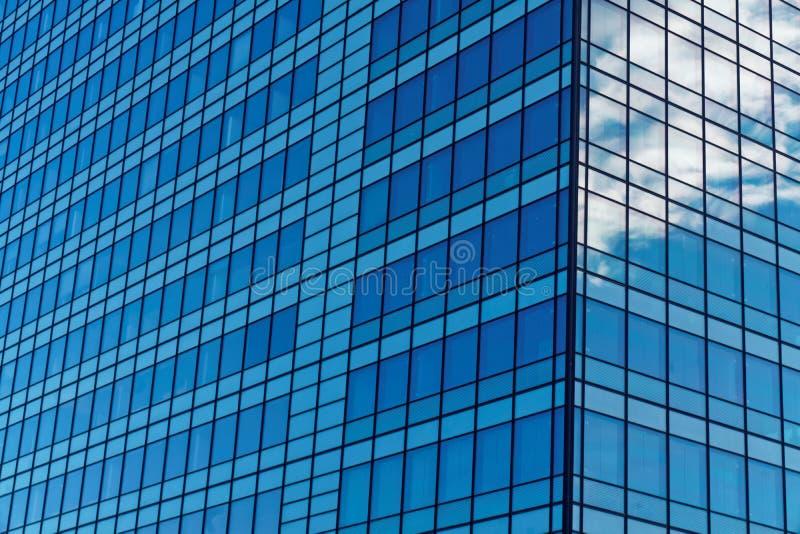 在办公大楼的蓝色Windows 免版税库存照片