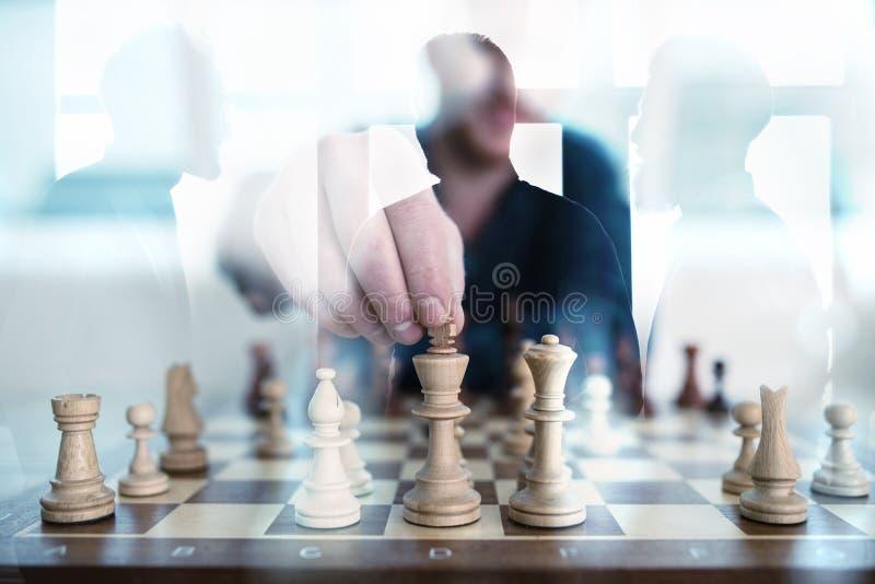 在办公室与下棋比赛的企业战术和商人 配合,合作的概念和 免版税库存图片